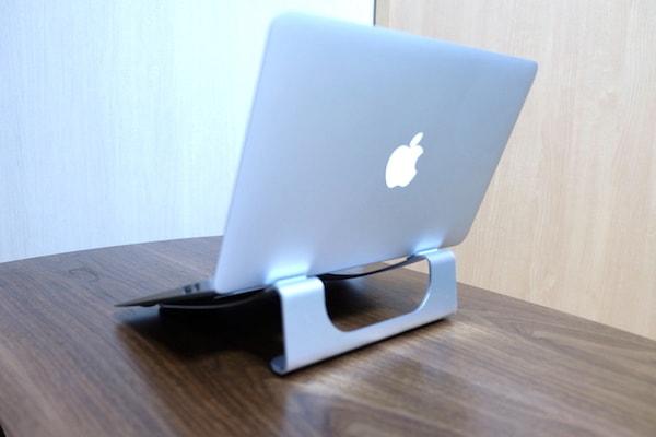 パソコンを置いてみるとこんな感じ 裏側