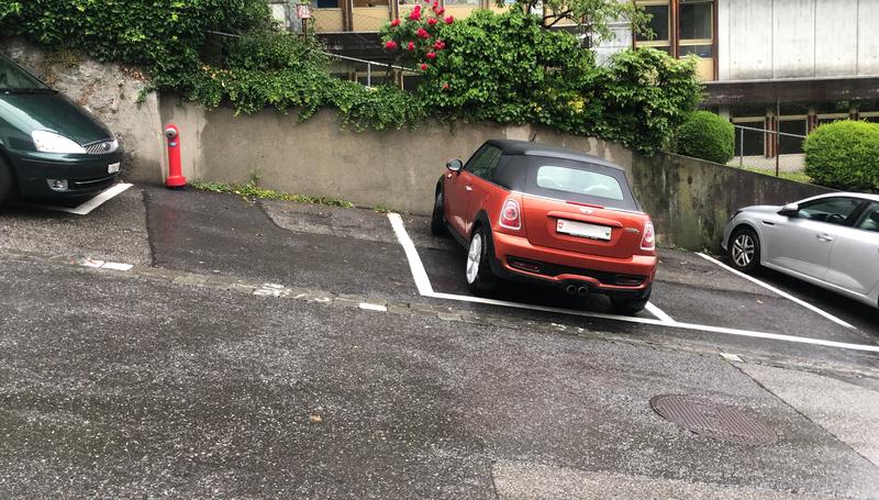 坂に駐車している車