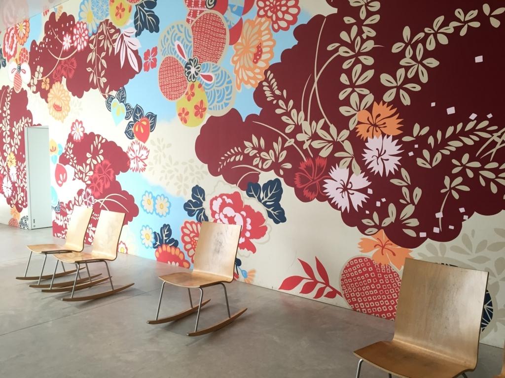 金沢21世紀美術館の椅子と壁