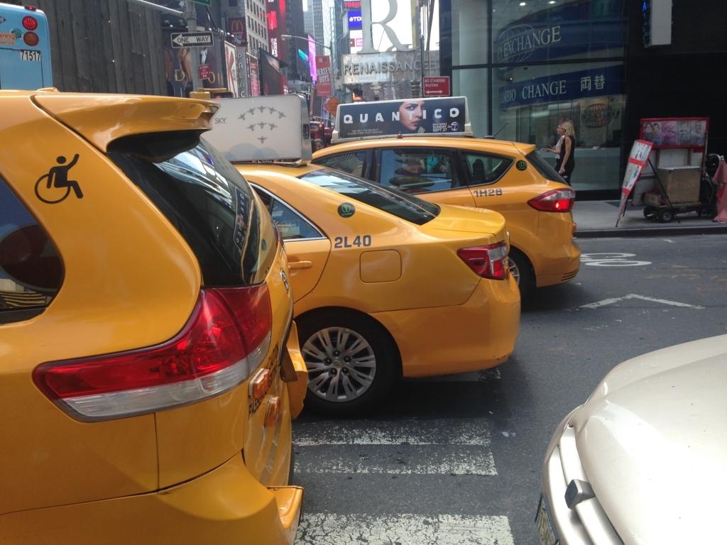 ニューヨーク 3台並ぶイエローキャブ