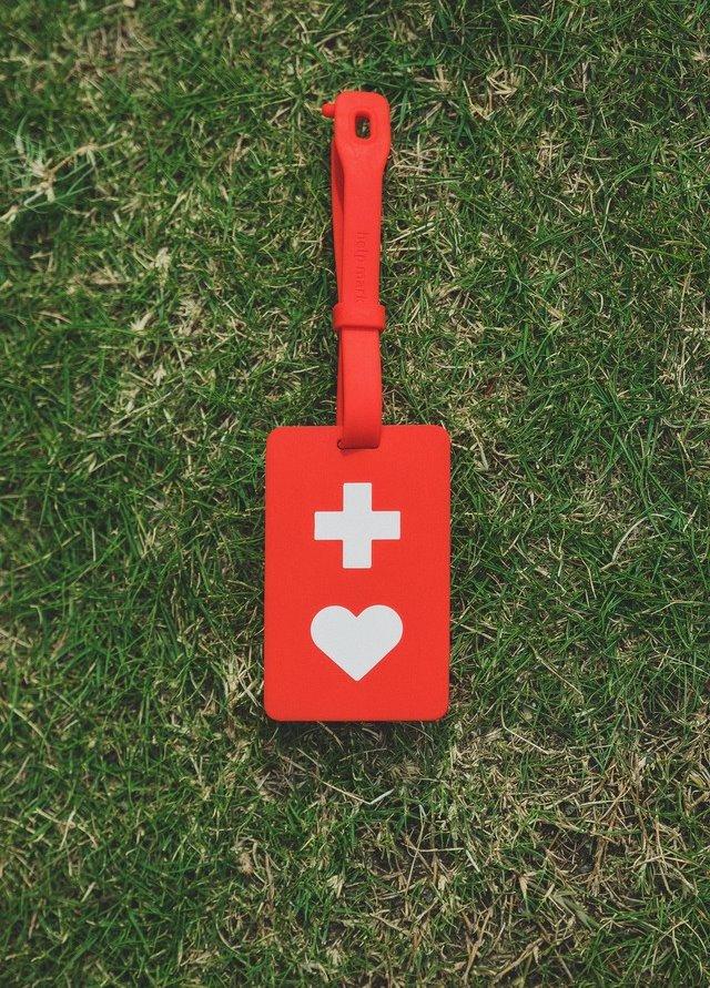芝生の上に置かれているヘルプマーク