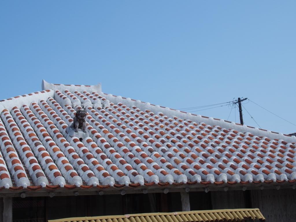 沖縄竹富島の瓦の上にいるシーサー
