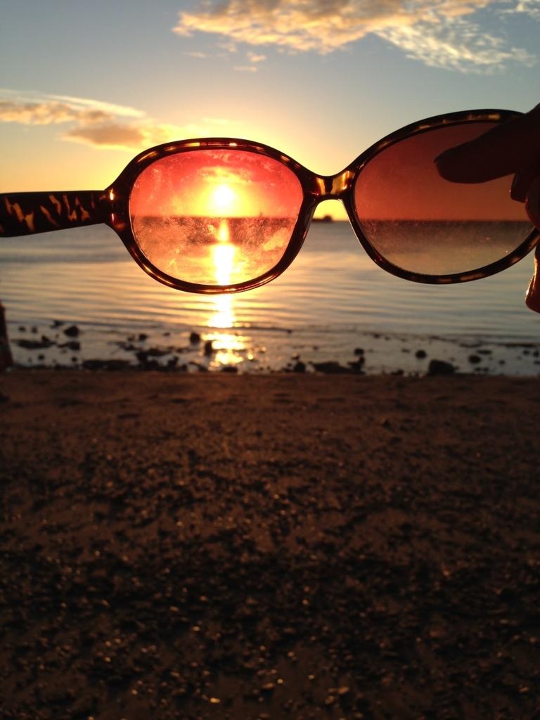 サングラス越しのニューカレドニアの海に沈む夕日