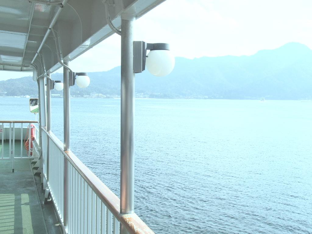 広島県宮島に向かうフェリーの船内