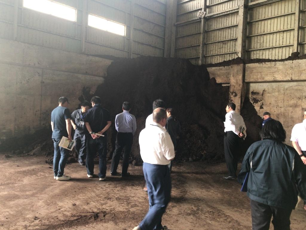 堆肥置場と見学者