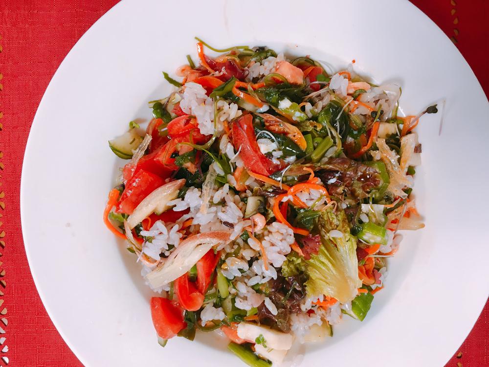 ご飯とサラダをよく混ぜて、サラダ混ぜご飯の完成。見た目もすごくおしゃれなサラダ。