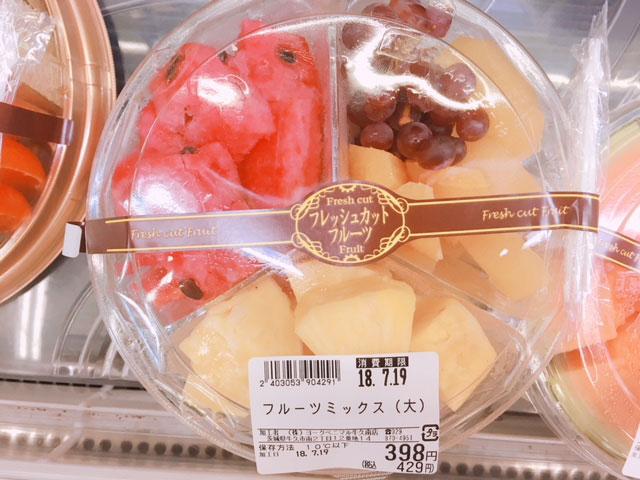 スーパーで手頃に買えるフルーツの盛り合わせ