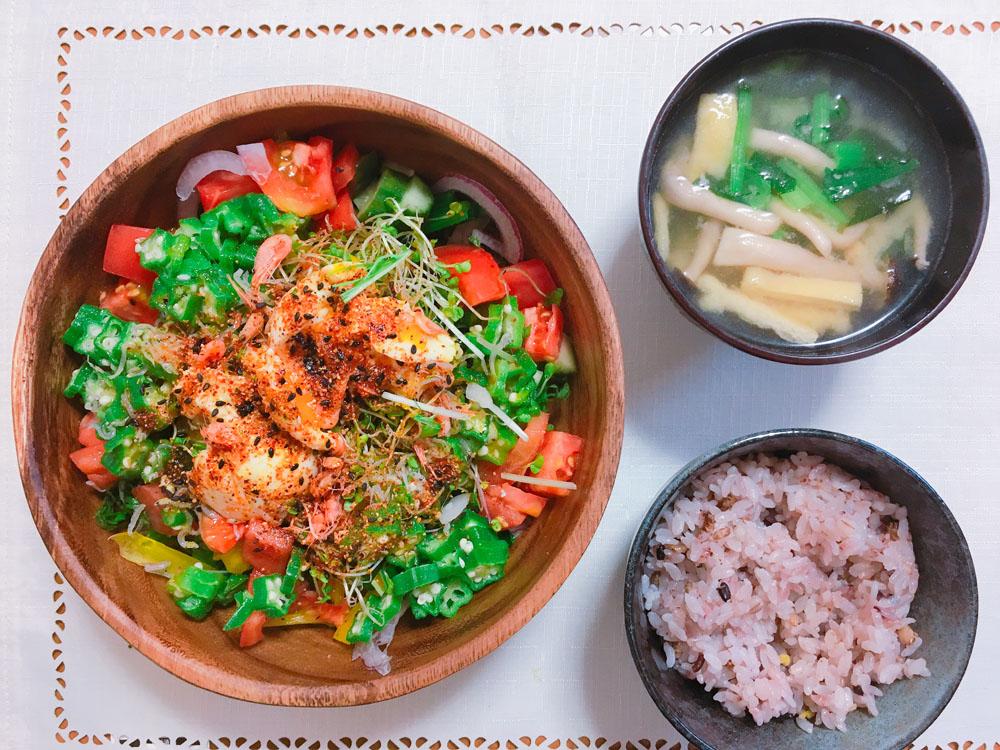 ベジタリアンレシピのピリ辛サラダ混ぜご飯と味噌汁