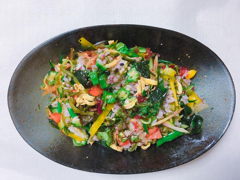 見た目もおしゃれなピリ辛サラダ混ぜご飯は、よく混ぜて食べましょう