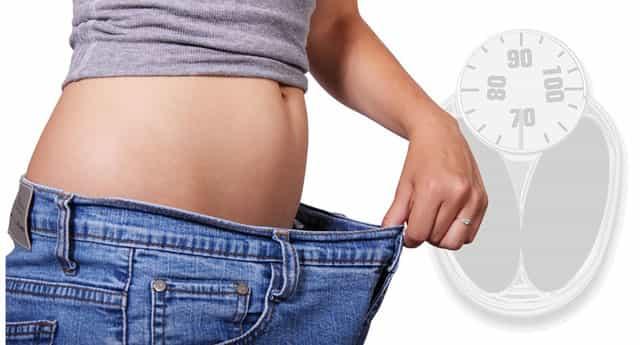 ダイエットして痩せた女性のウエストが細くなった写真