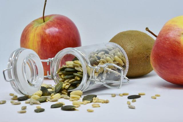 りんごと種の写真