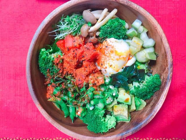 木製サラダボウルに野菜サラダがもられている写真