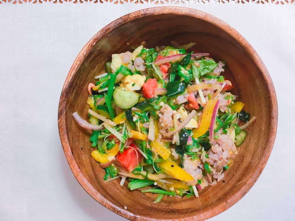 木製サラダボウルを使ってサラダ混ぜごはんがもられている写真