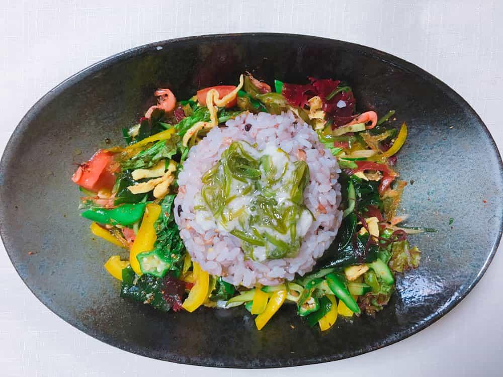 海藻サラダ混ぜご飯の上のご飯のせられた写真