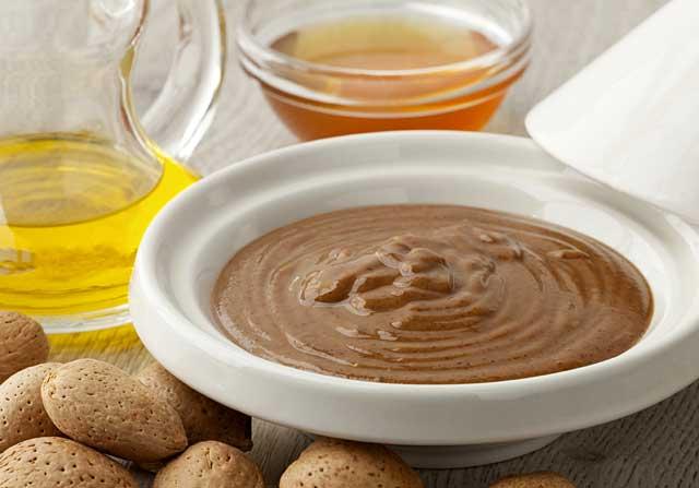 アルガンオイルに蜂蜜とアーモンドを混ぜてつくられるアムルーの写真