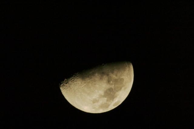 月の写真を撮ってみました。まだまだ改善の余地はありそうです…