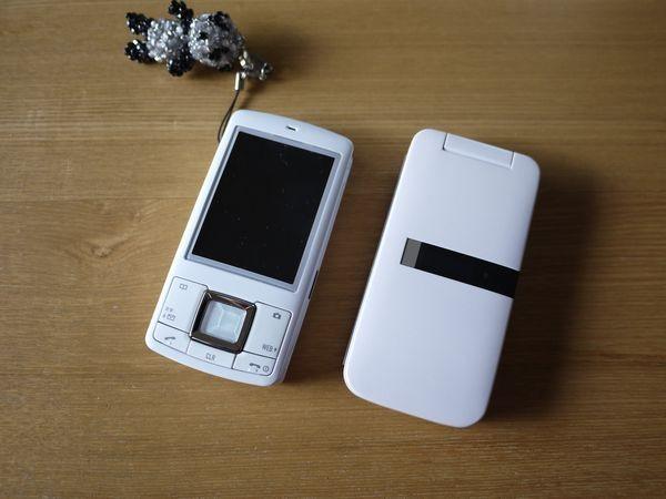 右が新しい携帯。