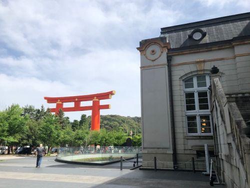 京都図書館と平安神宮の鳥居