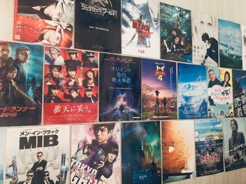 壁に貼られた映画のチラシたち