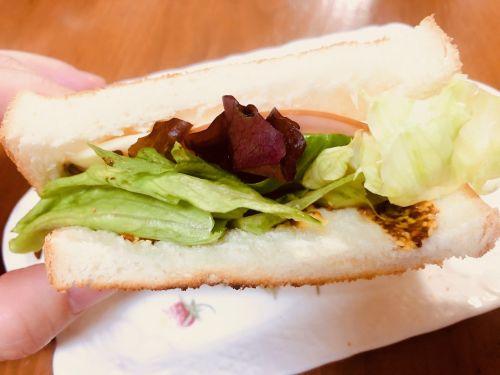 サンドイッチからはみ出るレタス