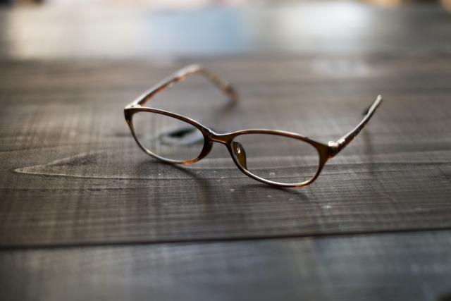 床の上の眼鏡