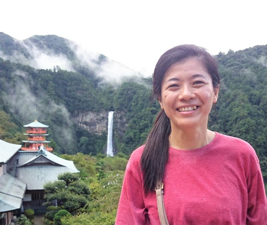 三重塔と那智の滝を背景に