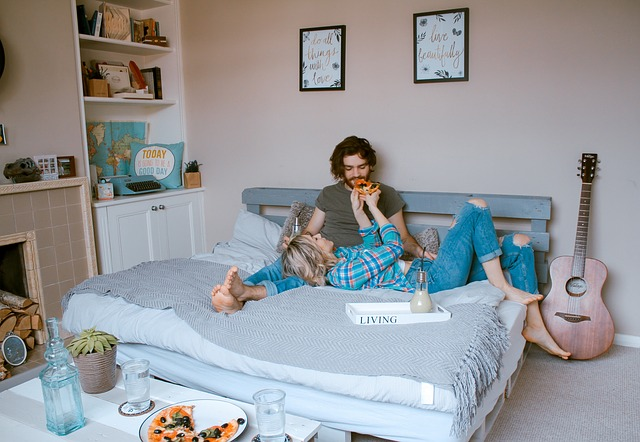 カップル ベッド 寛ぐ写真