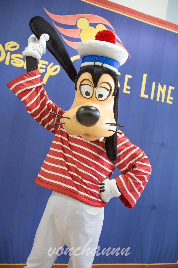 片耳を持ち上げる水兵さんグーフィー