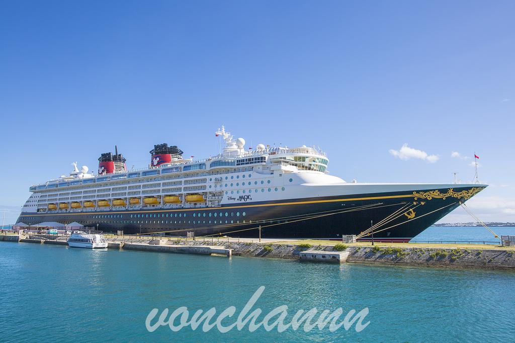 晴天のバミューダの港に停泊するDCLマジック号