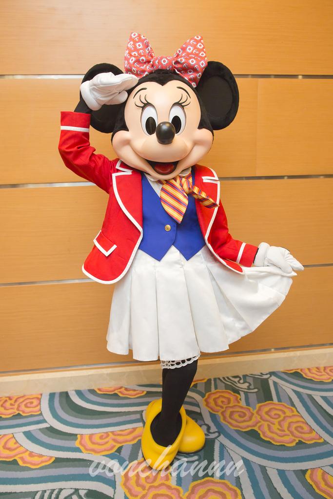 赤いジャケットを着て敬礼をするミニーマウス