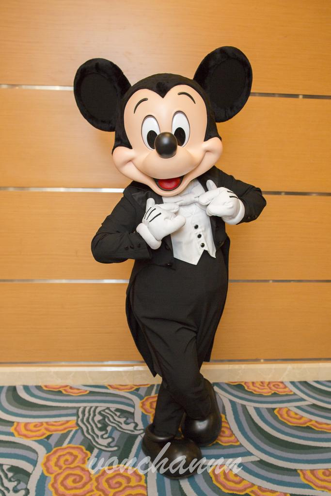 黒いタキシードをビシッと着こなすミッキー