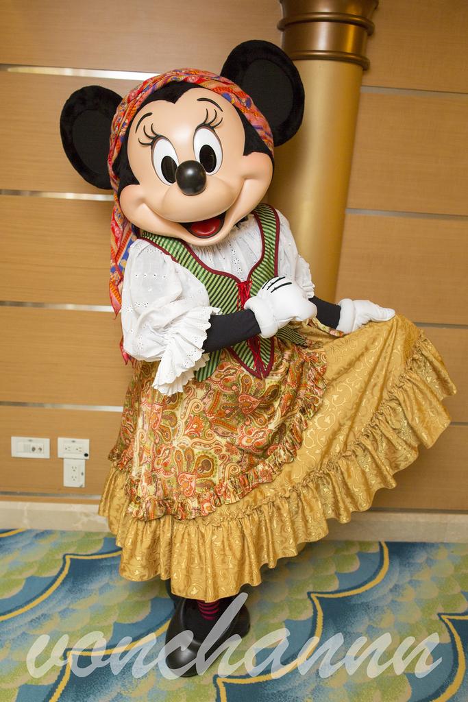 スカートを広げたおしゃれなパイレーツミニー