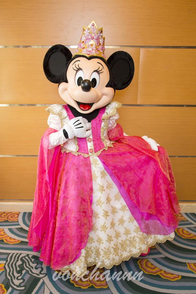 ピンクのゴージャスなドレスを身にまとったプリンセスミニー