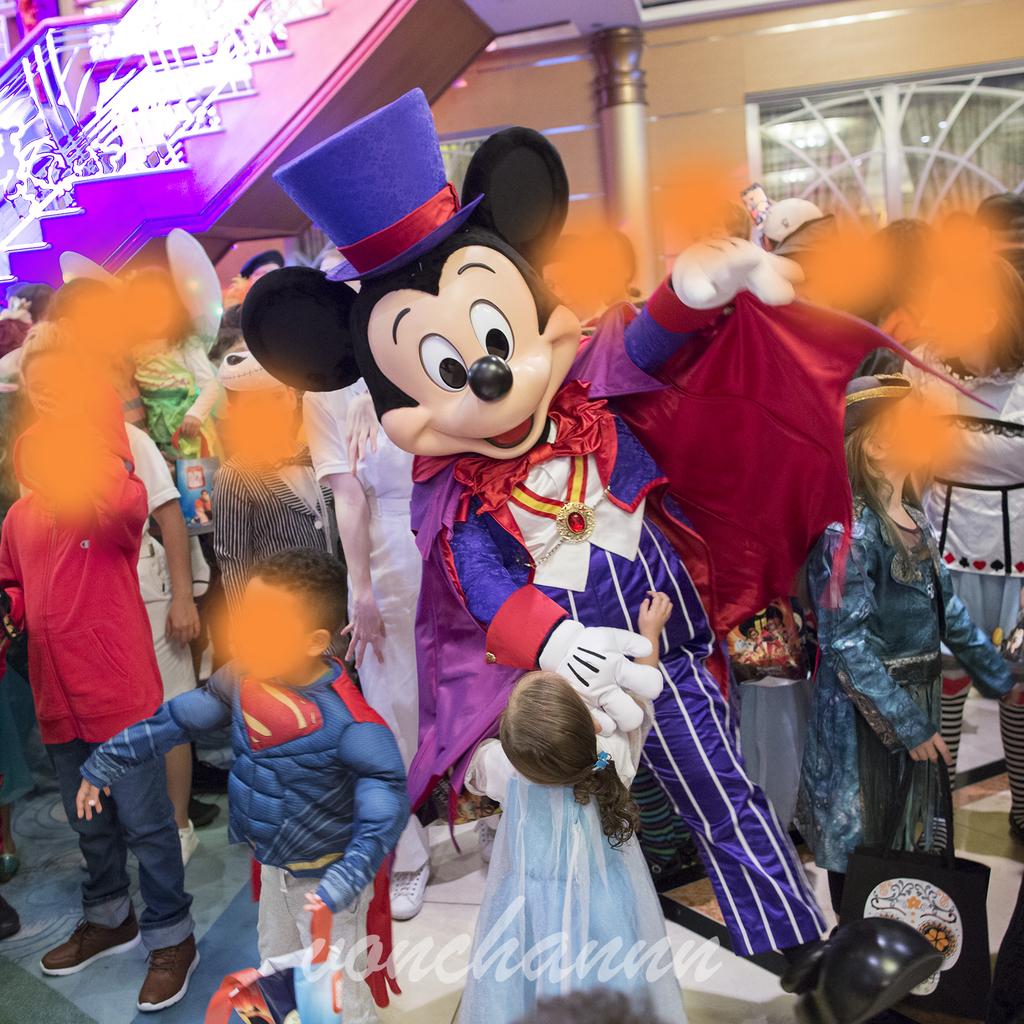 子供とダンスをするミッキー