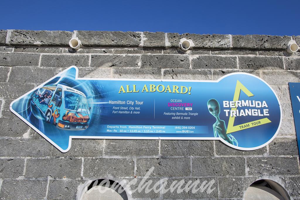 バミューダトライアングルツアーの案内看板