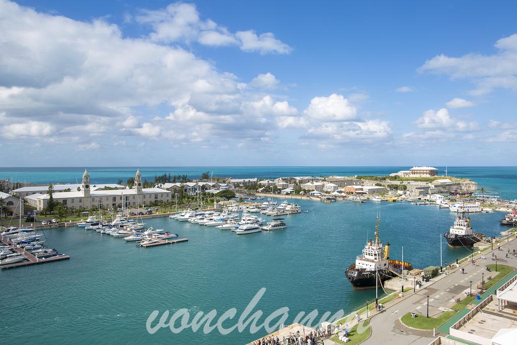 マジック号から見たKing's Wharfの青い海
