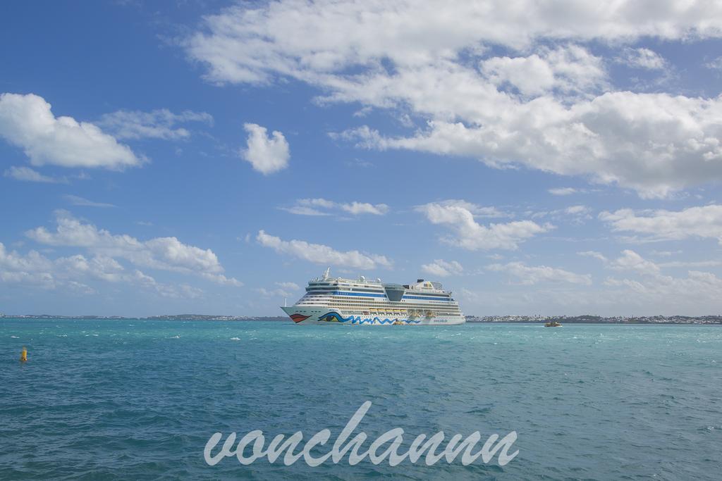 バミューダの海上に停泊するaida luna号