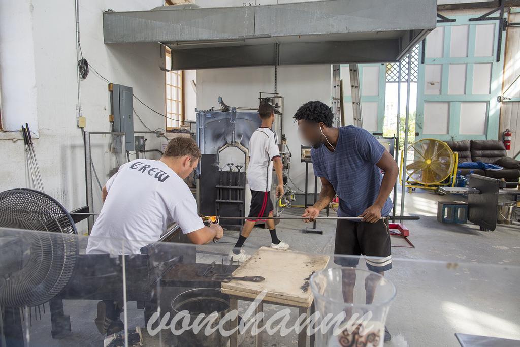 バミューダのガラス工房でガラス製品を作る男性たち