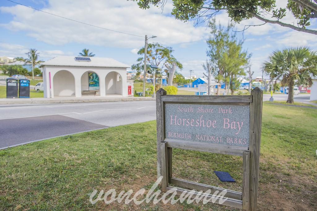 ホースシューベイの最寄りのバス停。手前にhorseshoe bayの看板が立つ。