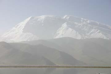 カラクリ湖越しにムスタークアタ山を眺める