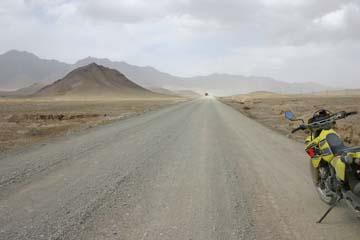 中国・キルギス国境のトルガルト峠への道