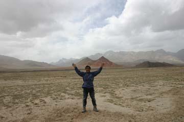 アジア大陸最奥の地でカソリ、「万歳!」ポーズ