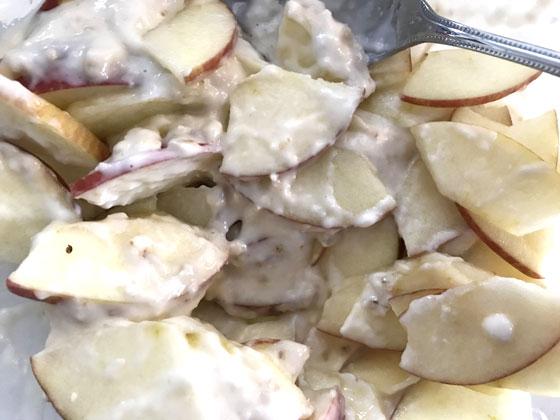 ガトーインビジブル(生地とリンゴをまぜる)