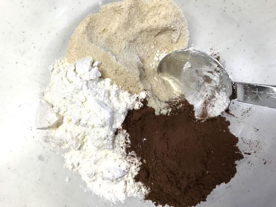 大豆と純ココアのビスコッティ:粉類をまぜる