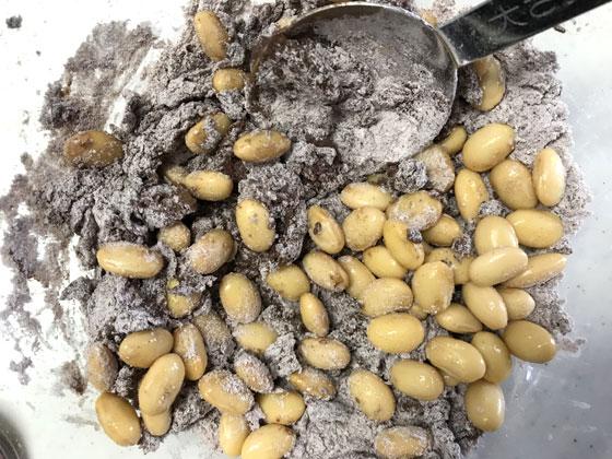 大豆と純ココアのビスコッティ:卵、はちみつ、大豆をまぜる