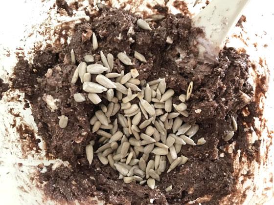 ヒマワリの種とレーズン入り豆腐ココアケーキ:ヒマワリとレーズンをいれる