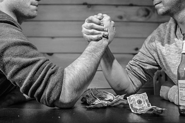 腕相撲 ドル お金