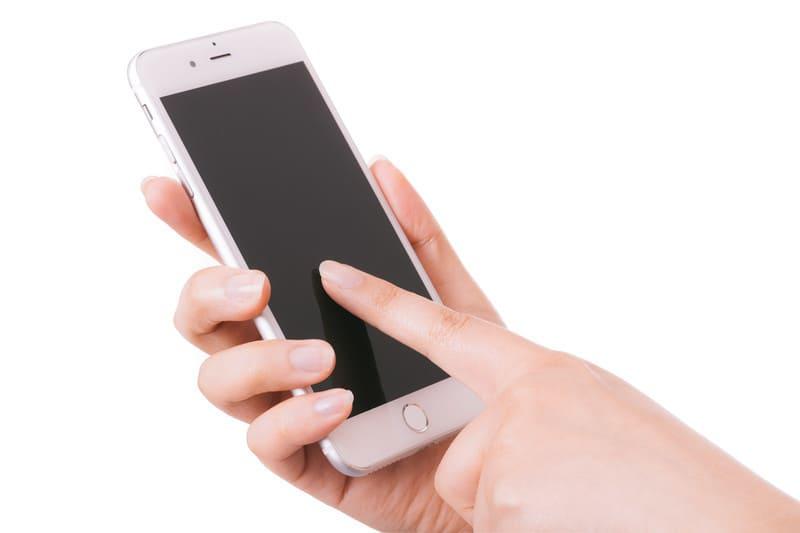 格安SIMに変更したスマートフォンを使っているときの画像
