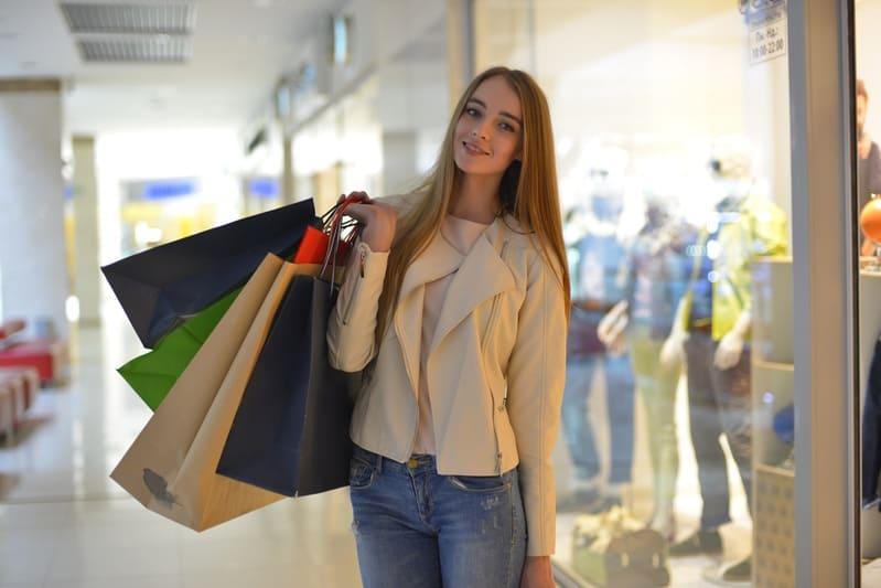買い物で無駄に支出を増やしてしまっている女性の画像