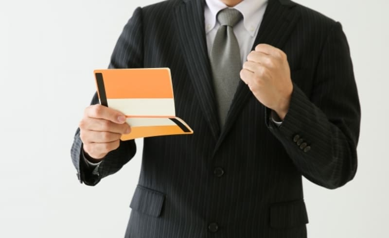 任意整理で借金が減額でき、生活に余裕ができて喜んでいる男性の画像
